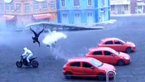 Beto Carreo World Motociclista si schianta contro un auto durante lo stuntshow