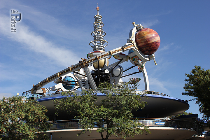 Walt Disney Parks and Resorts Tomorrowland e i riferimenti ai parchi Disney