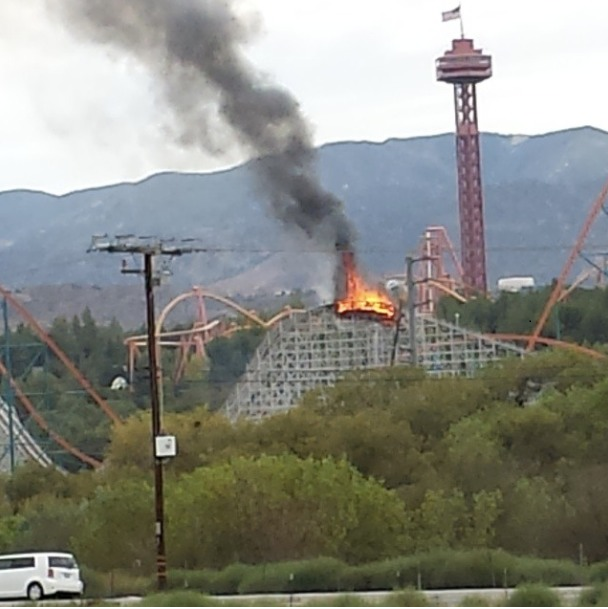 Six Flags Magic Mountain Colossus prende fuoco, collassa la lift